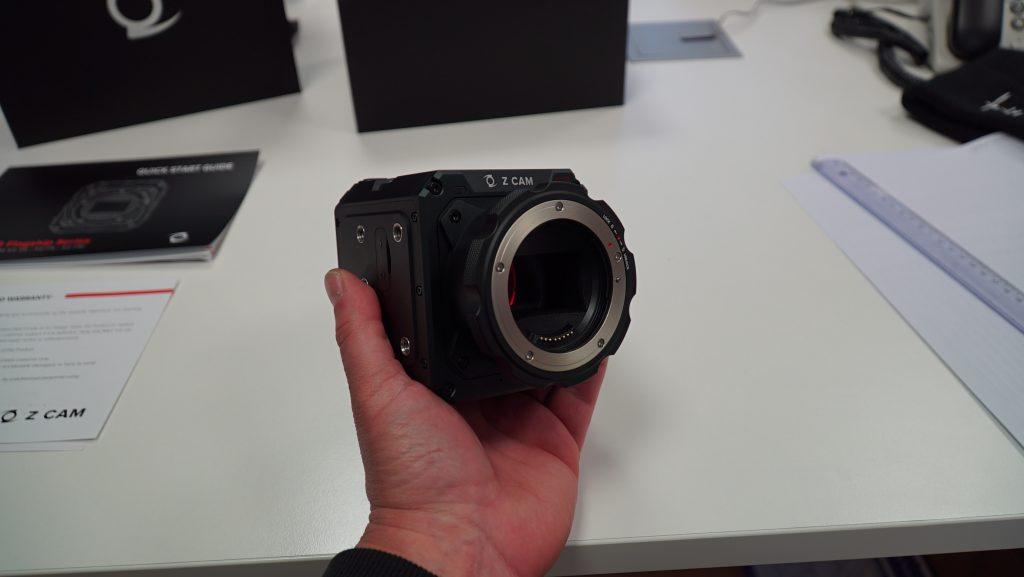 Z CAM E2-S6 tenue dans la main de face