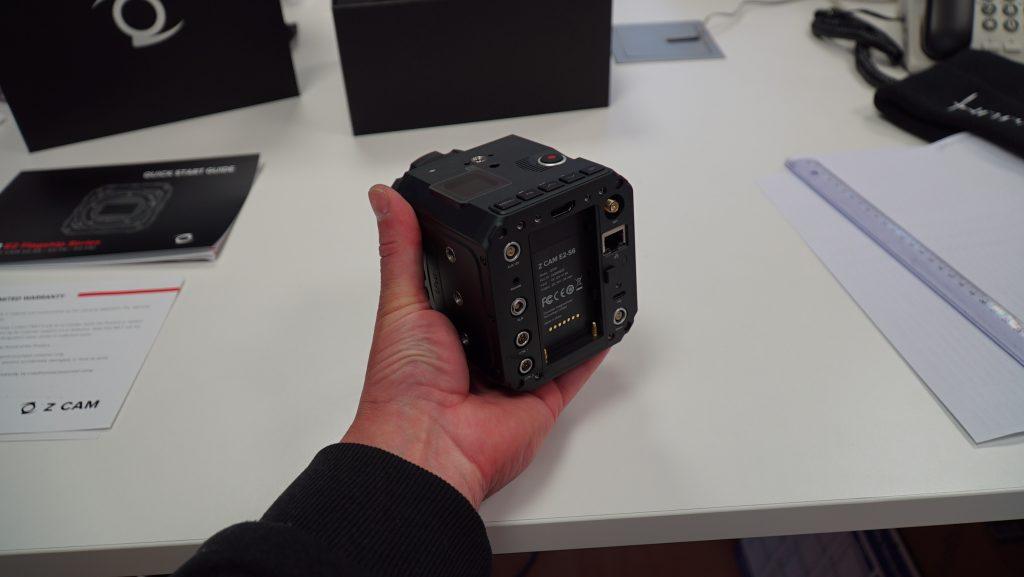 Z CAM E2-S6 tenue dans la main de dos