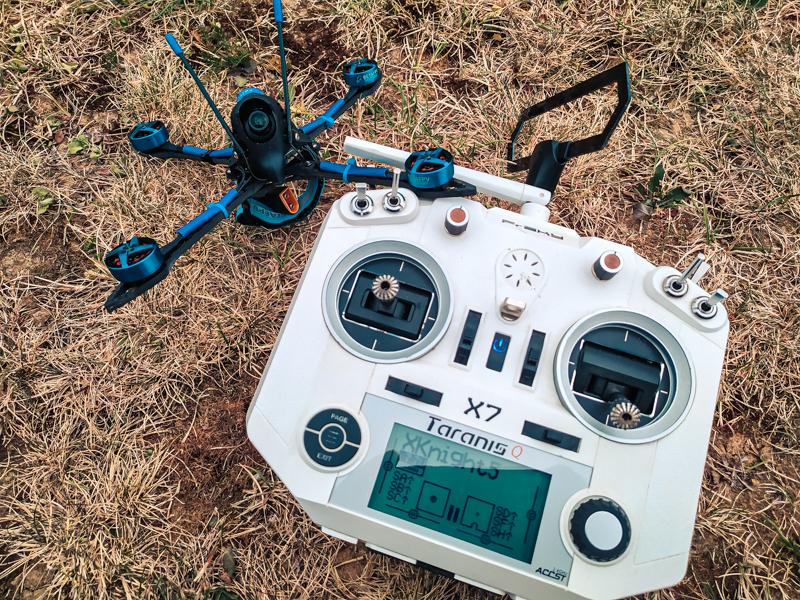 "Drone racer BetaFPV X-Knight 5"" et Taranis QX7"