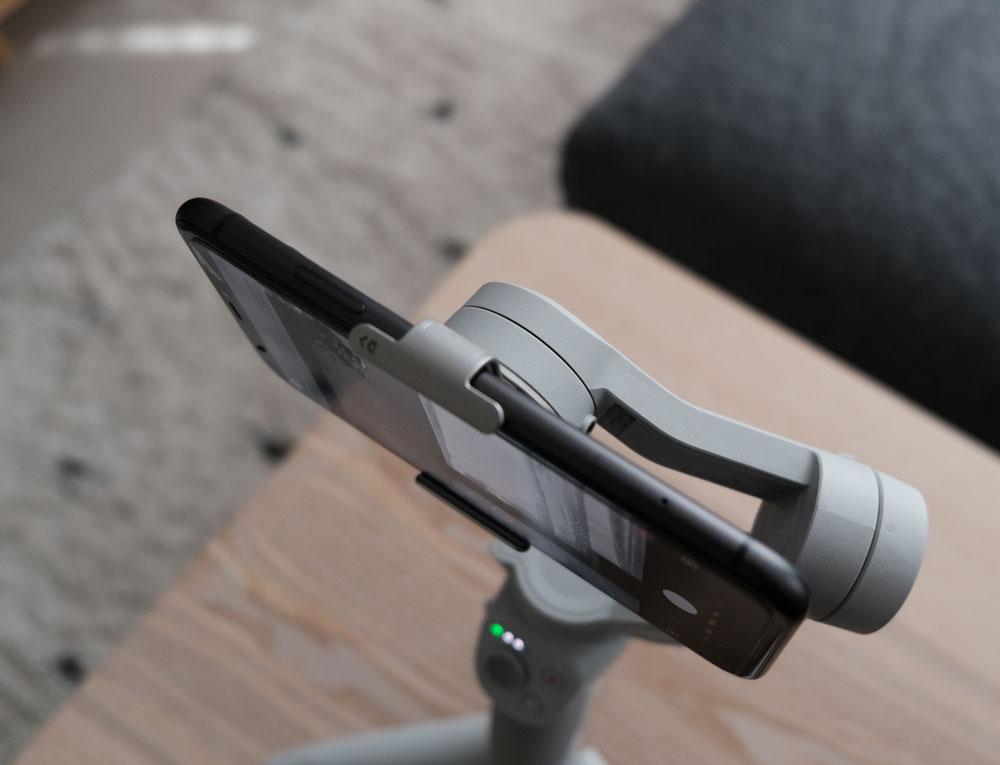 Système de fixation magnétique avec pince smartphone