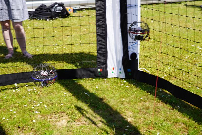 Match de drone soccer avec deux Flyball